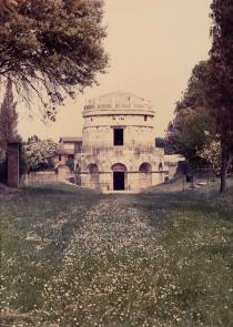 Luigi Ghirri, Ravenna, 1986. Deutsche Bank Collection. � The Estate of Luigi Ghirri